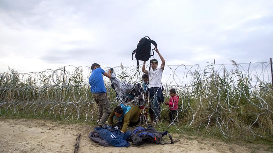 1. 3. Barreras actuales Servia-Hungría. A medida que los los migrantes llegan a Hungría, el gobierno construye apresuradamente una barrera