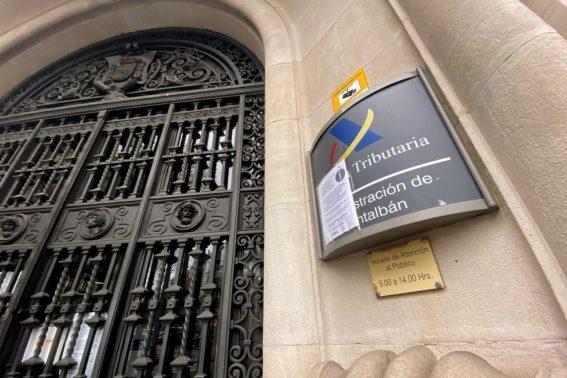 31/03/2020 - Notificación en la entrada de la Administración de Hacienda de Montalbán en Madrid, en una imagen de archivo. / EUROPA PRESS - EDUARDO PARRA