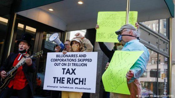 Miembros de Millonarios Patrióticos protestan frente al apartamento del fundador de Amazon, Jeff Bezos.