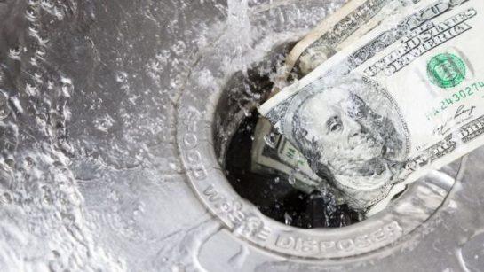 Billetes en un lavadero